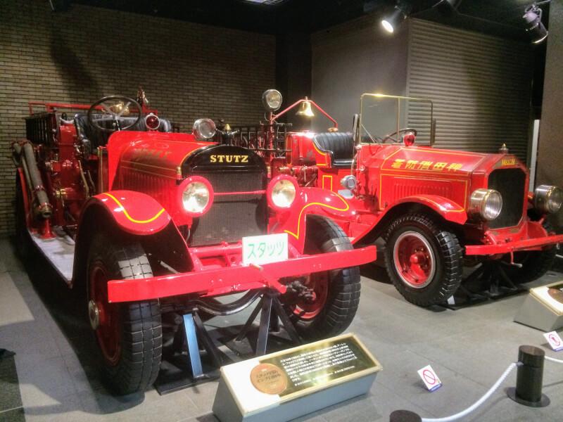 2台の古い消防車が並んでいる