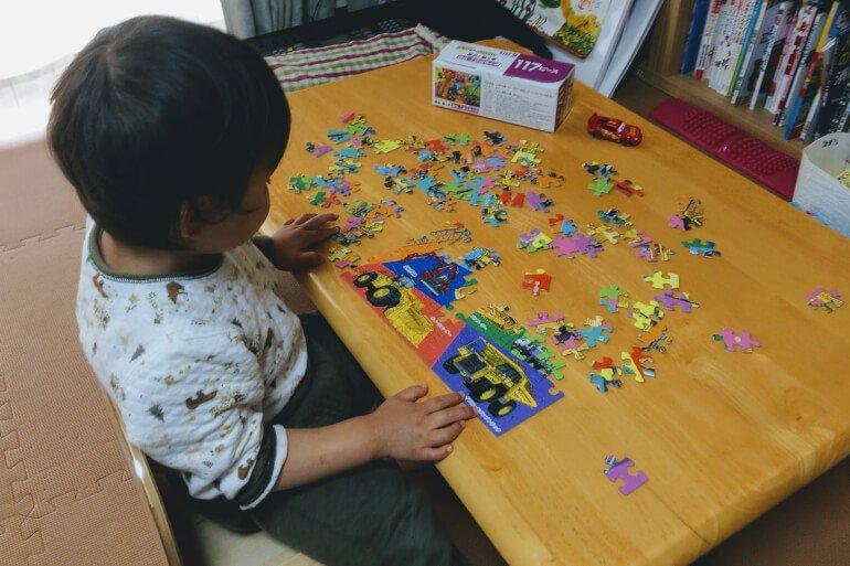 息子がくもんのジグソーパズルで遊んでいるところ