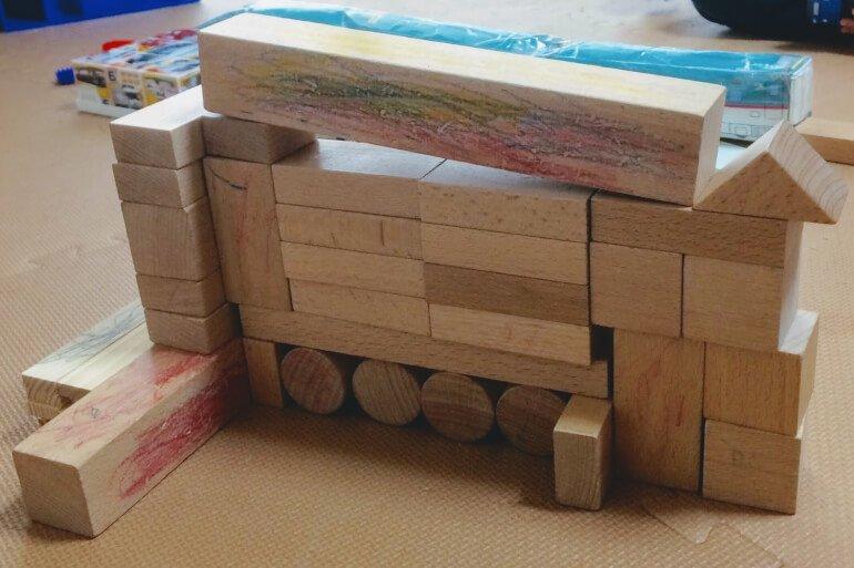 2歳の子どもの積み木遊び - クレーン車 アウトリガー付き