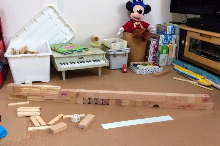 2歳の子どもの積み木遊び - 新幹線