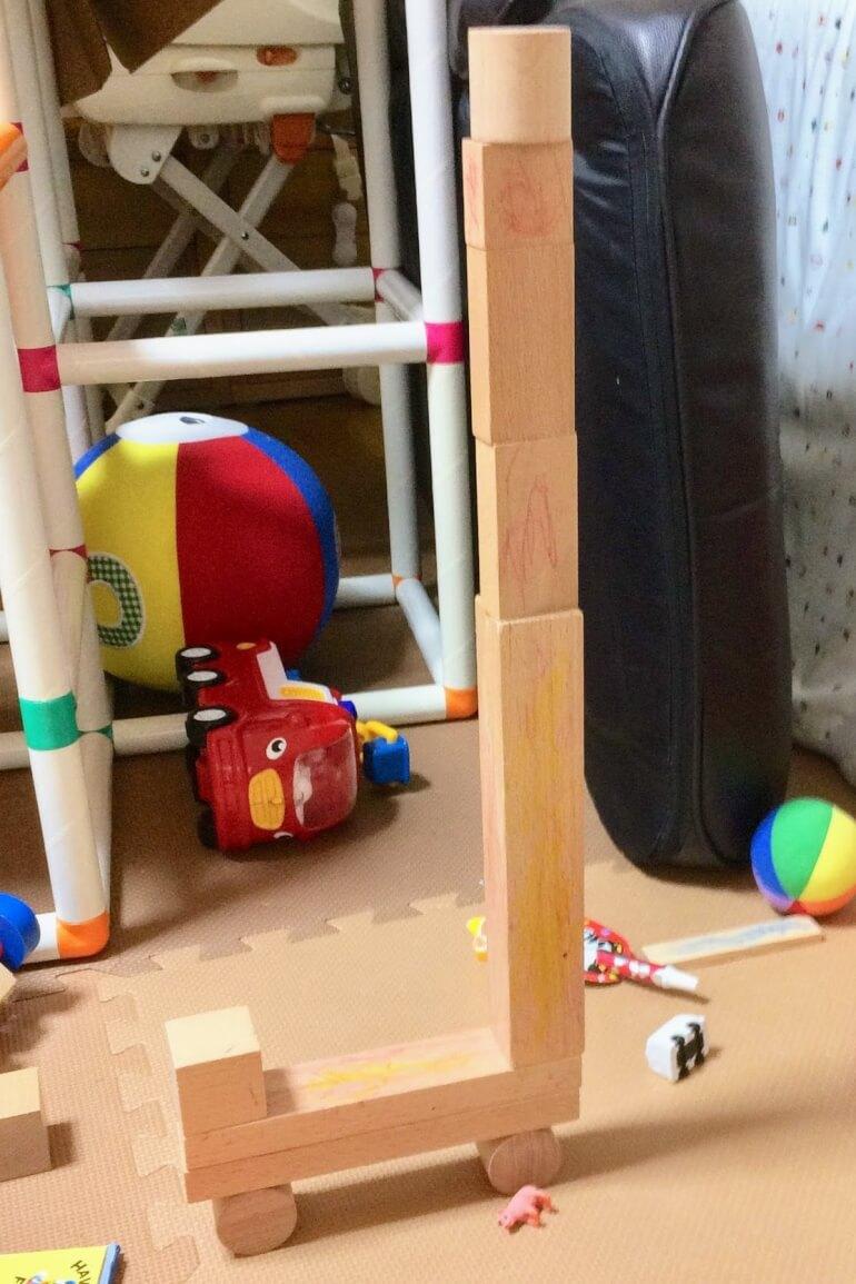 2歳の子どもの積み木遊び - 工事中のタワークレーン車