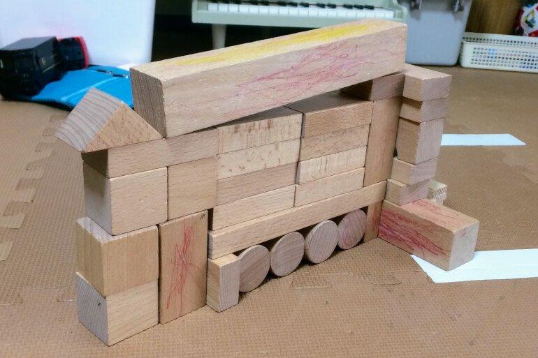 息子の積み木 - アウトリガー付きの屈折はしご車