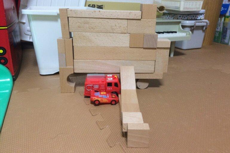 息子の積み木 - くるまとごっご遊び