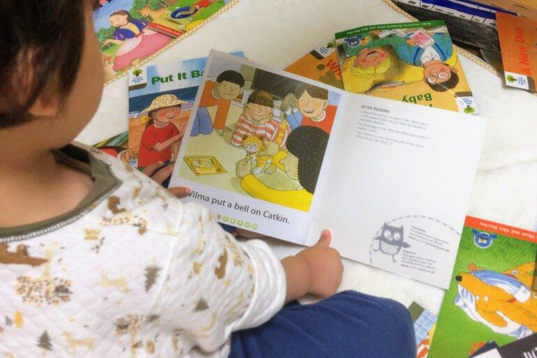 ORTの英語絵本を読む息子