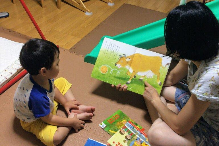 ママと子ども - 絵本の読み聞かせ