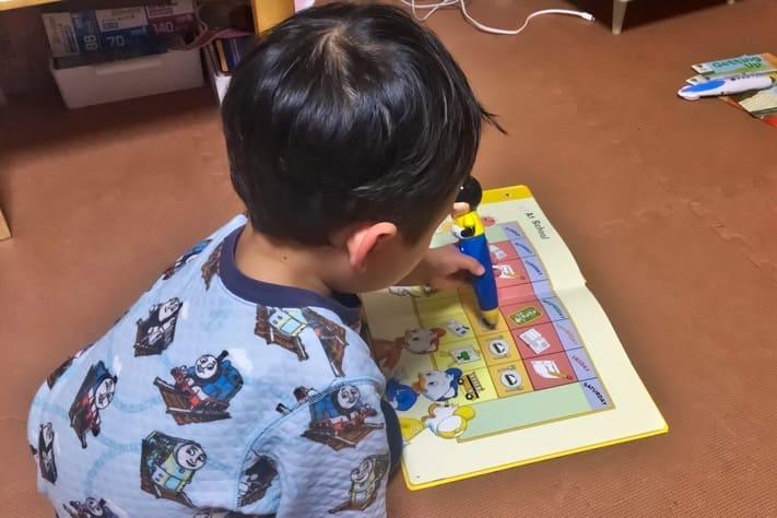 ディズニー英語システムのマジックペンで遊ぶ3歳の息子