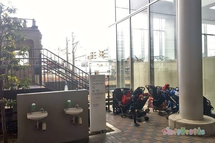 鉄道博物館(大宮)のランチトレイン前のベビーカー置き場