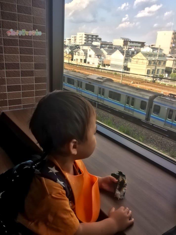 鉄道博物館(大宮)ランチでおにぎりを食べる2歳の息子