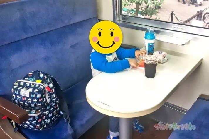 鉄道博物館(大宮)ランチトレインで食べる3歳の息子