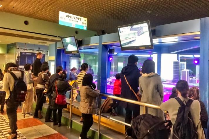 地下鉄博物館(ちかはく)ジオラマ・メトロパノラマを見る人たち