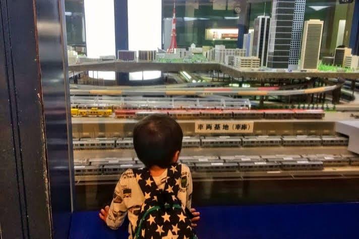 地下鉄博物館(ちかはく)ジオラマ・メトロパノラマを夢中で見る2歳の息子