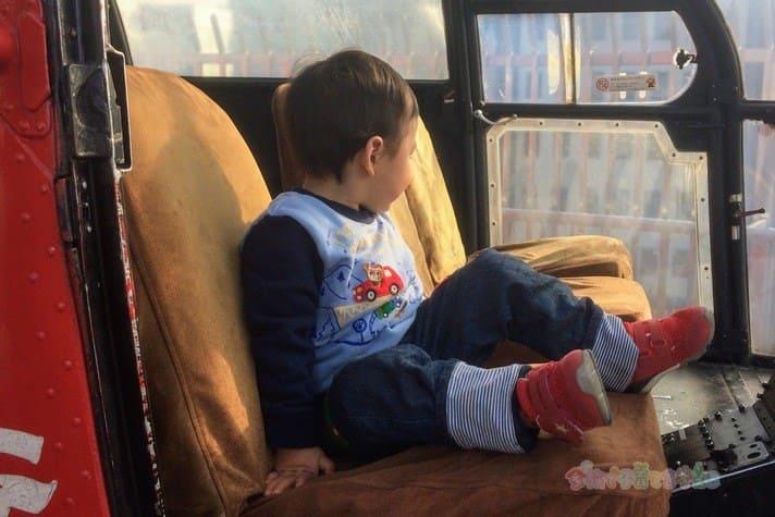 消防博物館の屋外ヘリコプターに乗る息子