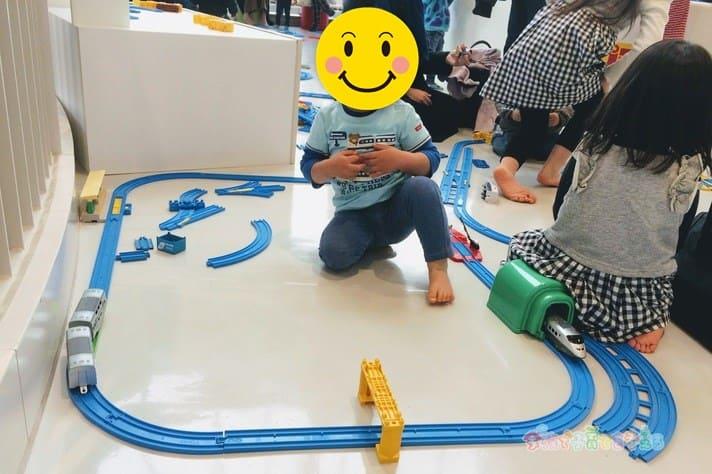 鉄道博物館(大宮)キッズプラザのプラレールゾーンで遊ぶ子ども