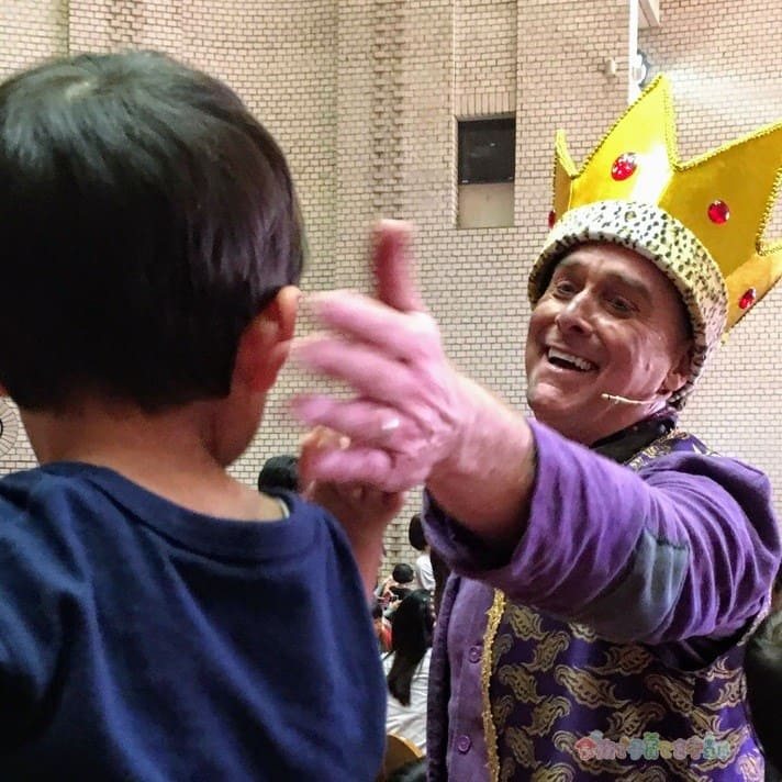 イングリッシュカーニバル2019「THE NEW KING」ダニー先生にタッチしてもらう4歳の息子