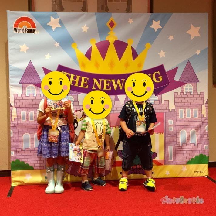 イングリッシュカーニバル2019「THE NEW KING」の看板前にて撮影